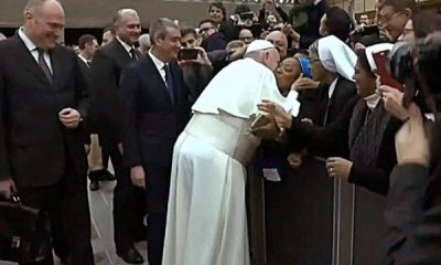 Papa Francis'ten rahibeye öpücük şartı