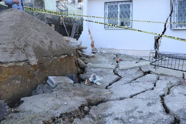 Sağanak sonrası evleri çatlayan aile yardım bekliyor