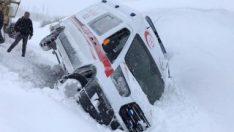 Bingöl'de yağan yoğun kar, ambulansı devirdi