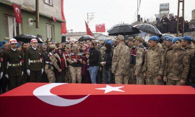 Islanmasın diye Mehmetçik'e şemsiye tuttular