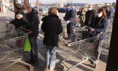 İtalya'da market önlerinde koronavirüs kuyruğu