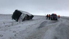 Otobüsün devrilmesini kar kütlesi önledi