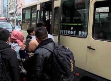 Mülteciler taksi ve minibüslerle gidiyor