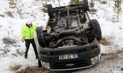 Sivas'ta para nakil aracı devrildi: 2 yaralı