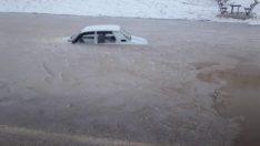 Su birikintisine düşen araç buz tuttu