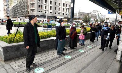 İstanbul'da 'sosyal mesafeni koru' çıkartmaları