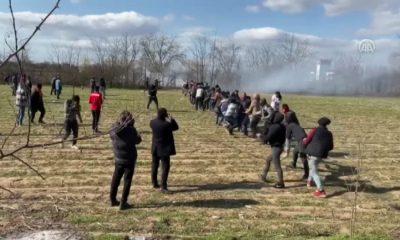 Mülteciler halatla sınırı yıkmaya çalışıyor