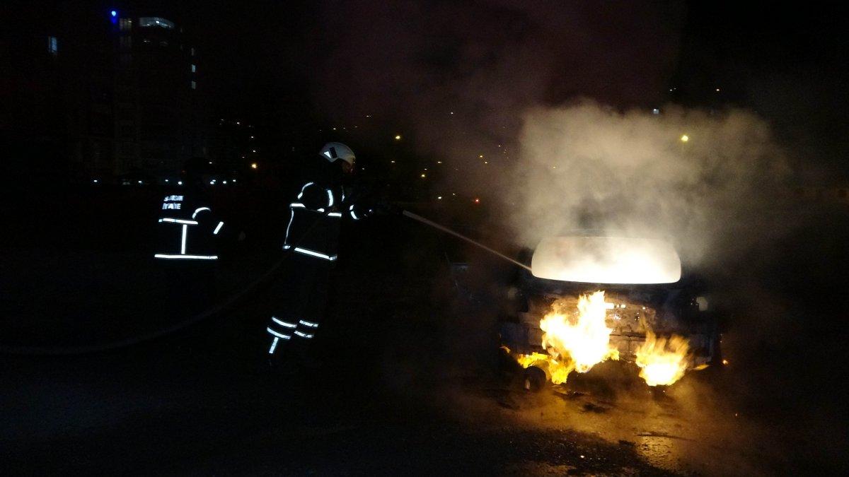 Polisten kaçan sürücünün otomobili, kaza yaparak yandı