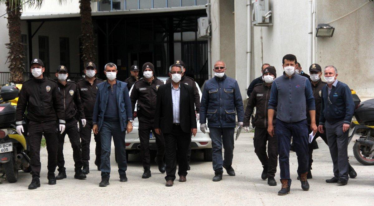 Adana'da PTT görevlileri yardım paralarını ulaştırıyor