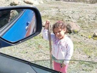 Artvin Şavşat'ta jandarmaya selam verip durduran çocuk