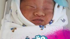 Bebeğe, koronavirüse karşı yüz koruma kalkanı