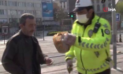 Polis, ekmek almaya çıkan vatandaşa simitlerini verdi