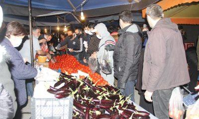 Vatandaşlar gece yarısı pazara akın etti