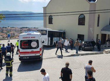 Kocaeli'de jandarmaları taşıyan minibüs ile otomobil çarpıştı