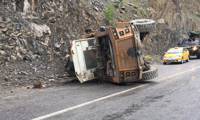 Hakkari-Van yolunda askeri araç devrildi
